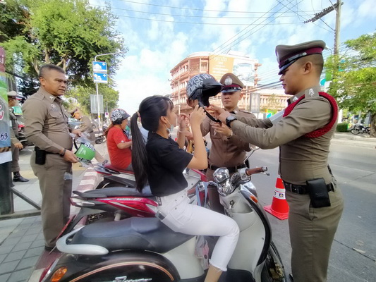 ตำรวจอุดรทำเก๋! แจกหมวกกันน็อคแทนใบสั่ง ของขวัญปีใหม่ให้ผู้ขับขี่