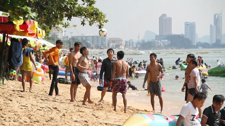 นักท่องเที่ยวไทย-เทศ แห่เดินทางพักผ่อนเล่นน้ำชายหาดพัทยา ทำการจราจรแน่นขนัด
