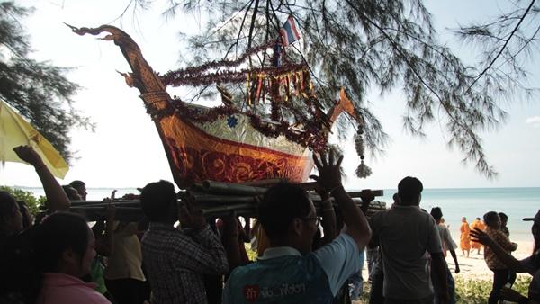 ชาวบ้านบ้านบางสัก อ.ตะกั่วป่า จ.พังงา ร่วมสืบสารประเพณีลอยเรือส่งท้ายปีเก่าต้อนรับปีใหม่