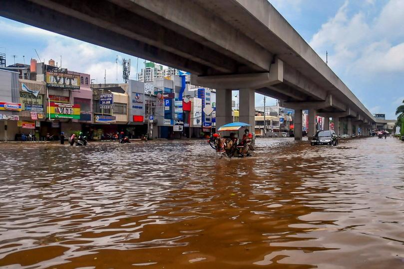 อิเหนาช้ำ! น้ำท่วม 'จาการ์ตา' รับปีใหม่ ยอดตายพุ่ง 21 ศพ
