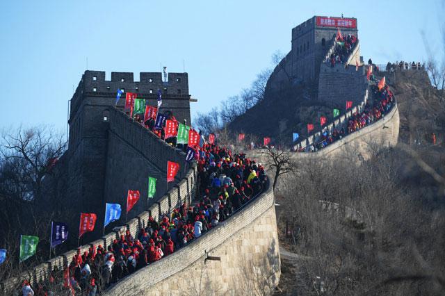ชาวจีนปีนไต่กำแพงเมืองจีนที่ด่านปาต๋าหลิง เพื่อสิริมงคลชีวิต อธิษฐานขอพรในวันปีใหม่วันที่ 1 มกราคม 2020 (ภาพไชน่าเดลี)
