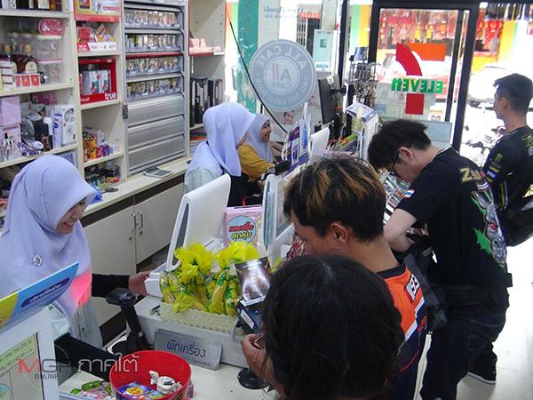 นักท่องเที่ยวมาเลย์-สิงคโปร์ตอบรับเลิกใช้ถุงพลาสติกตามร้านสะดวกซื้อเมืองเบตง