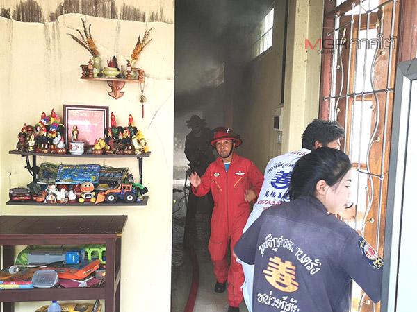 หวิดวอด! ลูกชายทำร้ายแม่จุดไฟเผาบ้านในเมืองตรัง โชคดี จนท.เข้าช่วยดับไฟได้ทัน