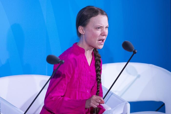 "<i>เกรตา ทุนเบิร์ก สาวน้อยวัย 16 ปี ขึ้นพูดในการประชุมสุดยอดสภาพภูมิอากาศของสหประชาชาติ  เมื่อ 23 กันยายน ด้วยเสียงสั่นเครือเต็มไปด้วยอารมณ์และดวงตารื้นน้ำตาว่า ""พวกคุณกล้าดียังไง … </i>"
