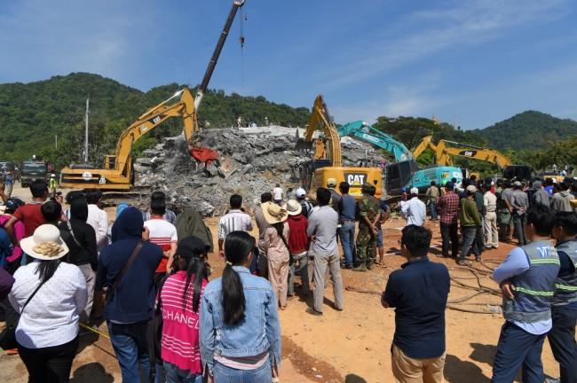 'ฮุนเซน' ลงพื้นที่รุดเยี่ยมเหยื่อตึกถล่ม จนท.ยังค้นหาต่อเนื่องยอดดับ 7 ราย