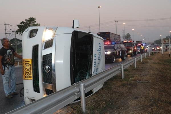 รถตู้รับส่งคนงานยางรั่ว ทำให้รถเสียหลักพลิกคว่ำกลางถนน บาดเจ็บระนาว
