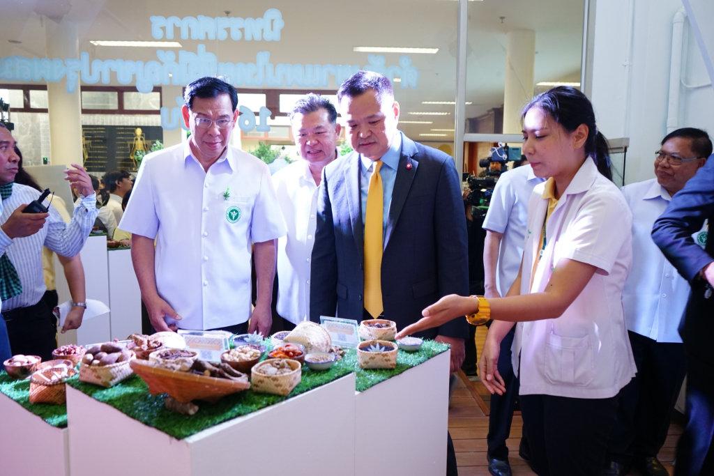 """""""อนุทิน"""" เปิดคลินิกกัญชา สธ. เล็งแก้ประกาศเปิดช่อง """"หมอแผนปัจจุบัน"""" จ่ายยากัญชาแผนไทย ชงน้ำมันเดชาตำรับที่ 17"""