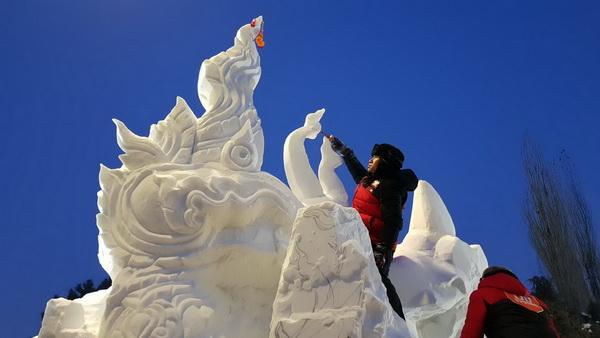 แชมป์แกะสลักหิมะอาชีวะอุบลฯ  โชว์ศิลปะต้นเทียนพรรษาทวงแชมป์สมัย3