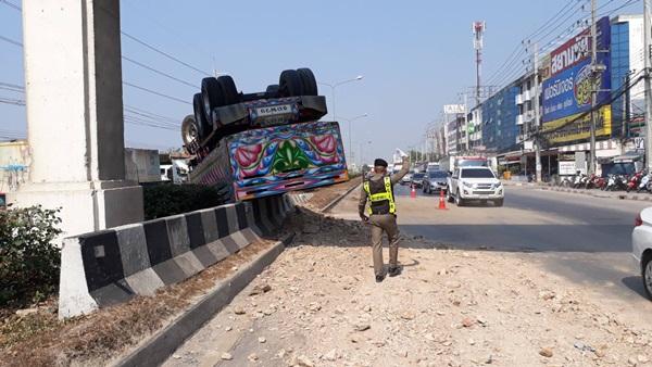 รถบรรทุกพ่วงพลิกคว่ำค้างร่องกลางถนนเพชรเกษม ทำการจราจรชะลอตัว รถเริ่มสะสม