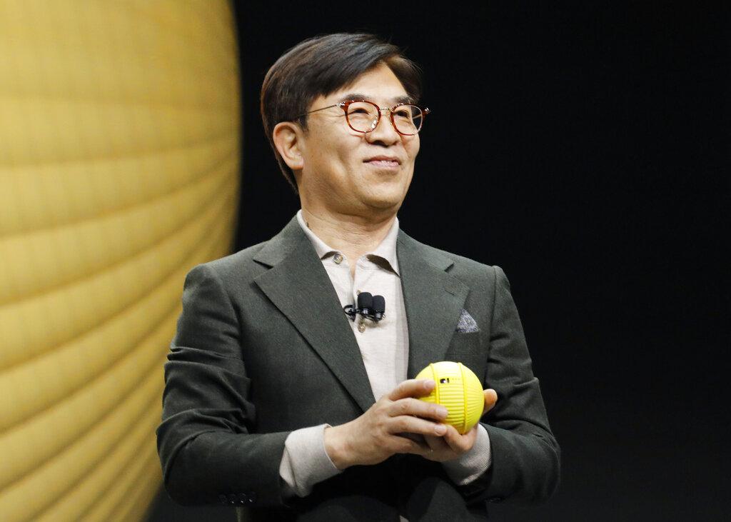 """คิม ฮยอน ซอก กับ """"บอลลี่"""" (Ballie) หุ่นยนต์รูปทรงกลมขนาดเล็กกลิ้งได้ที่งาน CES 2020"""