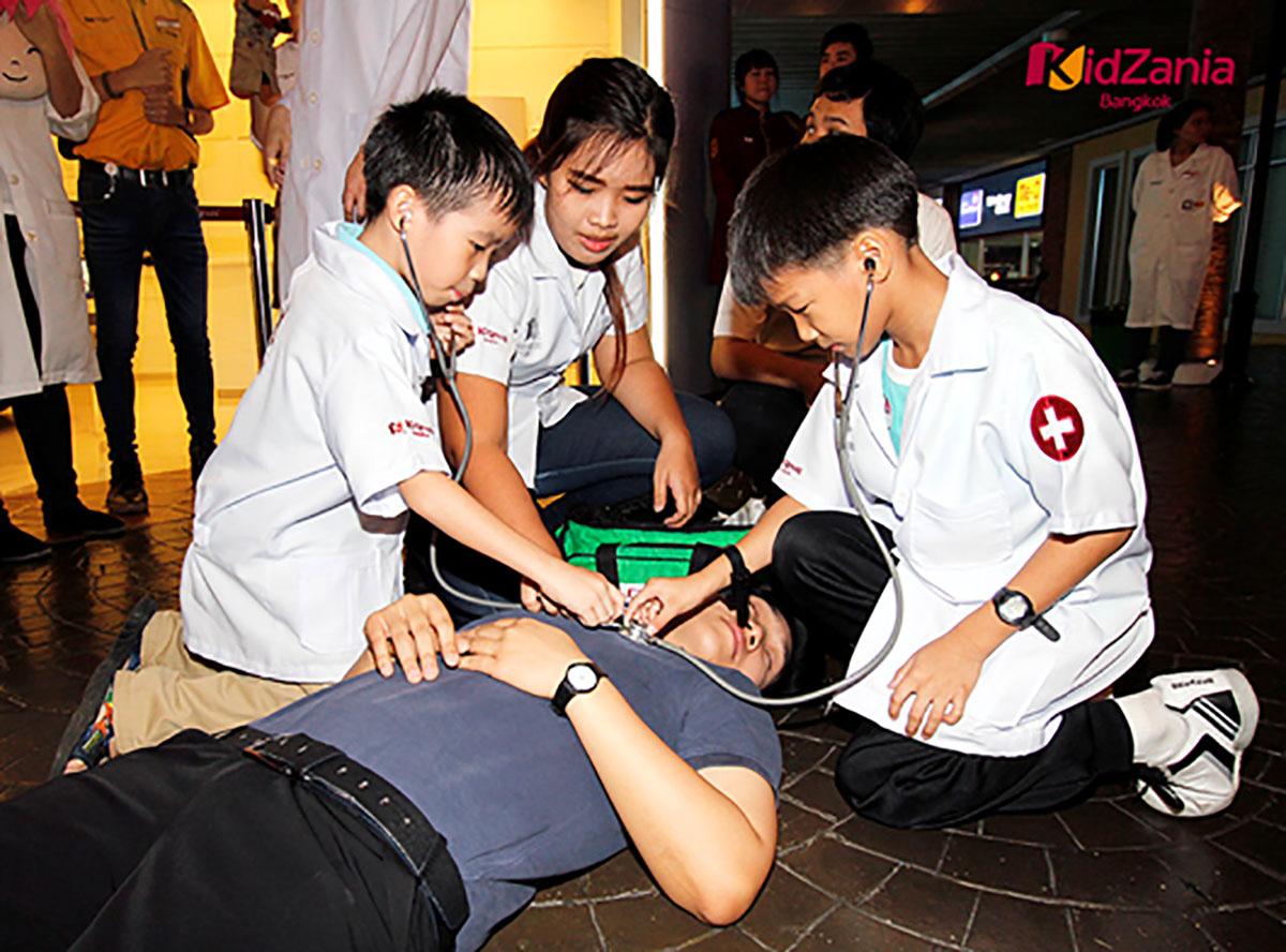 เล่นบทบาทสมมติเป็นหมอ (ภาพจาก Kid Zania Bangkok)