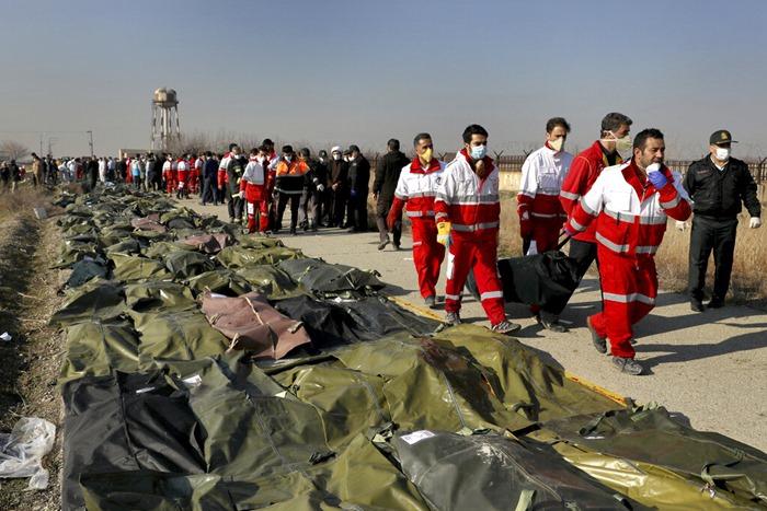 <i>เจ้าหน้าที่กู้ภัยลำเลียงร่างของผู้เสียชีวิต ในเหตุการณ์เครื่องบินโดยสารยูเครนตกที่ลงบริเวณไร่นา ชานเมืองด้านตะวันตกเฉียงใต้ของกรุงเตหะราน เมืองหลวงอิหร่านเมื่อวันพุธ (8 ม.ค.) ทั้งนี้ผู้โดยสารและลูกเรือรวม 176 คนสิ้นชีพยกลำ </i>