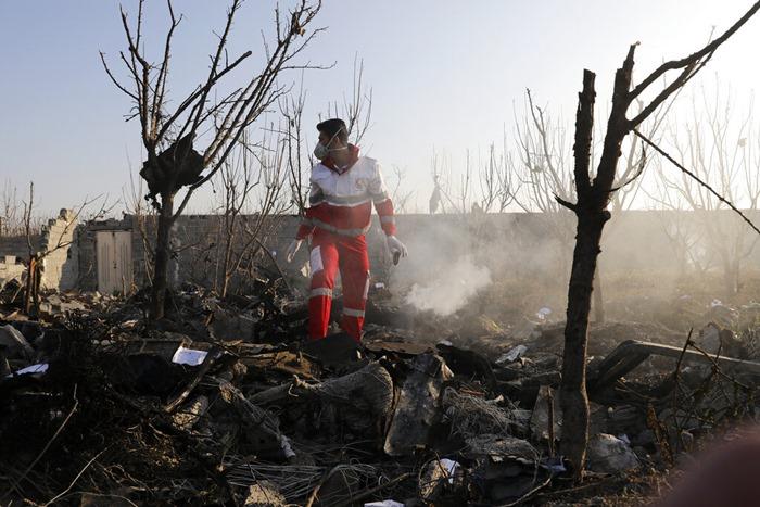 <i>เจ้าหน้าที่กู้ภัยค้นหาบริเวณจุดเครื่องบินยูเครนตกเมื่อวันพุธ (8 ม.ค.) </i>