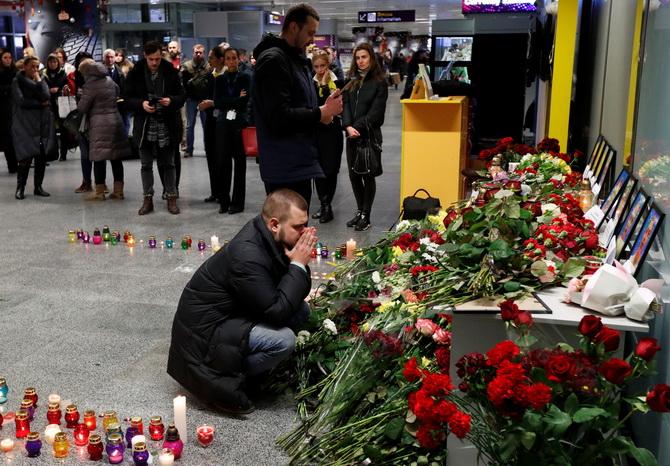 ญาติผู้เสียชีวิตบนเที่ยวบินโบอิ้ง 737-800 ของสายการบินยูเครนอินเตอร์เนชันแนล แอร์ไลน์ส ซึ่งประสบอุบัติเหตุในอิหร่าน นำดอกไว้มาวางไว้อาลัยบริเวณอนุสรณ์ชั่วคราว ณ ท่าอากาศยานนานาชาติในกรุงเคียฟ ประเทศยูเครน ขณะที่ผู้โดยสารหลายคนของเที่ยวบินมรณะนี้เป็นชาวยูเครน
