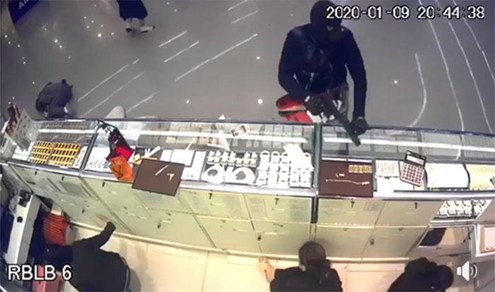 เปิดแชตผู้ที่อยู่ในเหตุการณ์ปล้นร้านทอง วอนอย่าโพสต์คลิป-รูปภาพลงโซเชียลฯ
