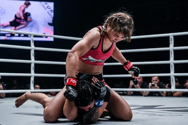 """(คลิป) """"แสตมป์"""" ไร้ความปราณี อัดยับสาวอินเดีย ไล่ล่าแชมป์โลก MMA"""