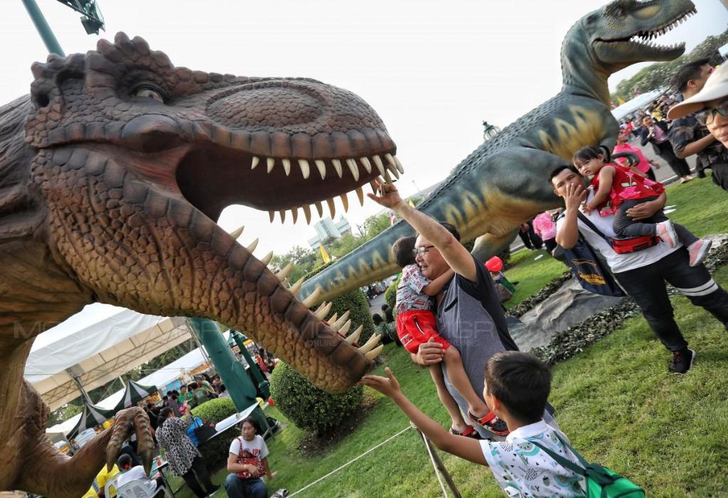 """ประมวลภาพ : """"วันเด็กแห่งชาติ"""" ทำเนียบสนุกสนาน จัดแสดงไดโนเสาร์-ถ้ำหลวงฯ จำลอง พร้อมกิจกรรมมากมาย"""