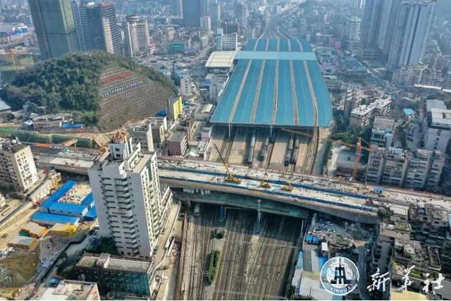 อลังการสะพานยักษ์ข้ามทางรถไฟในกุ้ยหยาง