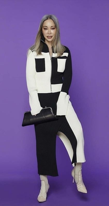 ลุคคุณนายนิดๆ ในชุดผ้าพลีตขาว-ดำ แต่มีลูกเล่นการตัดต่อของชิ้นผ้า