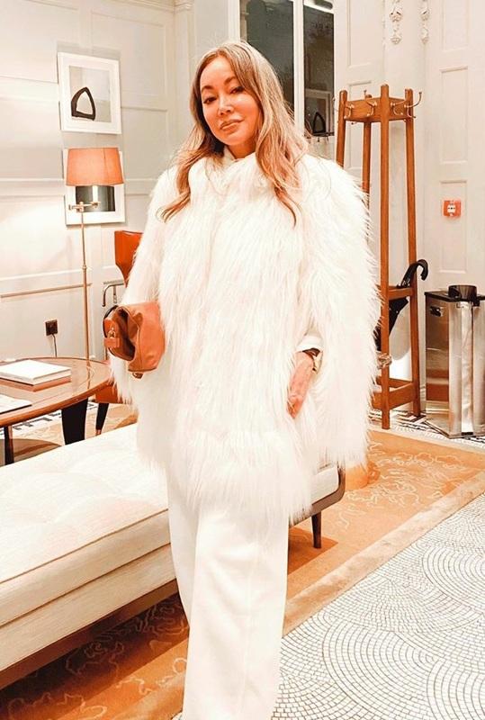 วินเทอร์ลุคในเสื้อเฟอร์สีขาว และกางเกงสแลคใส่สบายสีขาว