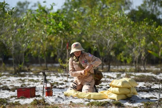 หญิงเวียดนามสุดกล้าไม่หวั่นอันตรายอาสาทำงานเก็บกู้วัตถุระเบิดตกค้างสมัยสงคราม
