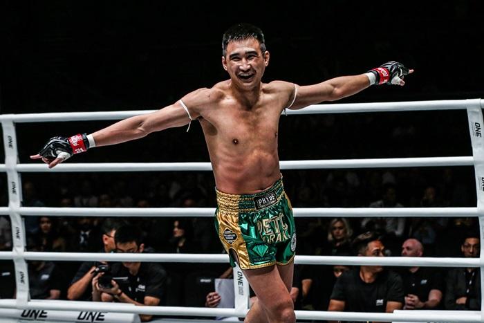 """รู้จัก """"เพชรมรกต"""" นักชกความหวังเข็มขัดแชมป์โลก ONE เส้นที่ 6 ของประเทศไทย"""