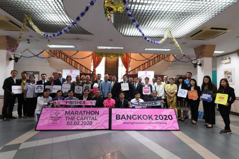 """""""ร.10-ราชินี"""" พระราชทานถ้วยอะเมซิ่งไทยแลนด์ มาราธอน """"บิ๊กตู่"""" กำชับสร้างมาตรฐานระดับโลก"""