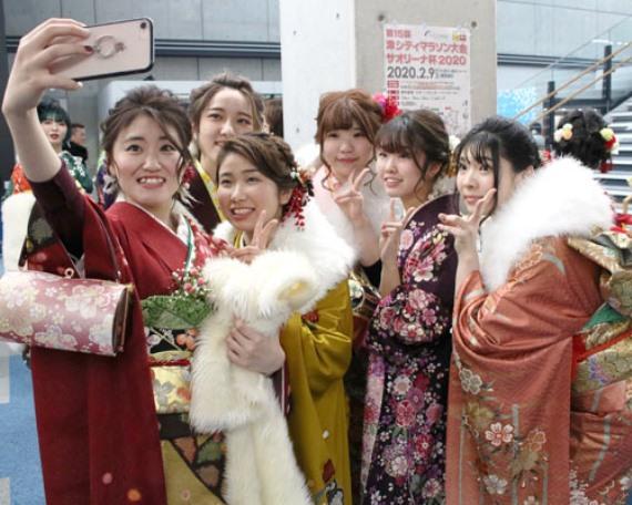 วัยรุ่นญี่ปุ่นซัดกันเละ กลางพิธีวันบรรลุนิติภาวะ (ชมคลิป)