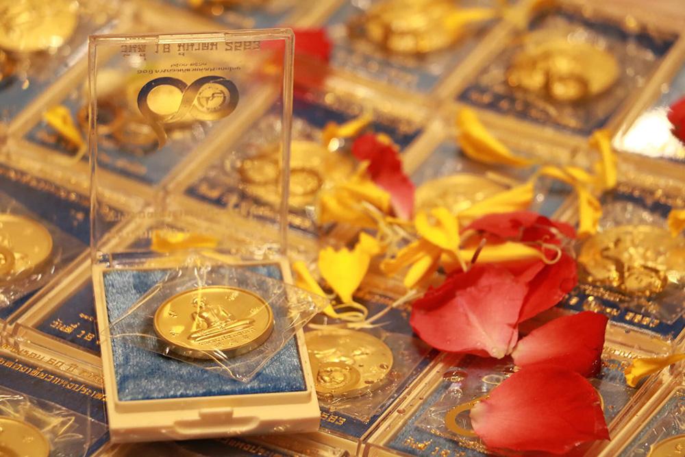 """แจกฟรี เหรียญมงคล """"ร่ำรวย ปลอดภัย ราบรื่น"""" วันละ 9,999 เหรียญ ในงานตรุษจีนเยาวราช"""