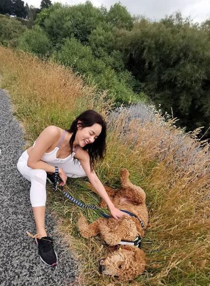 """น่ารักแพ็กคู่ """"วาววา ณิชารีย์"""" กับซีนน่ารักสดใสเล่นกับน้องหมา"""