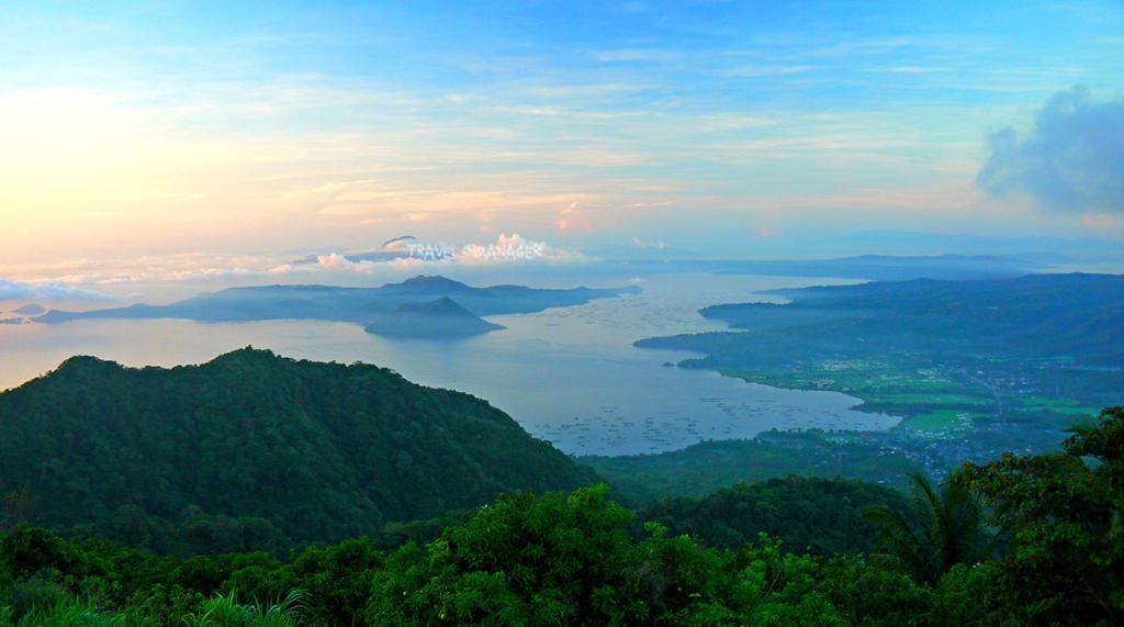 ตาอัลเป็นภูเขาไฟขนาดเล็กที่ตั้งอยู่ในทะเลสาบ