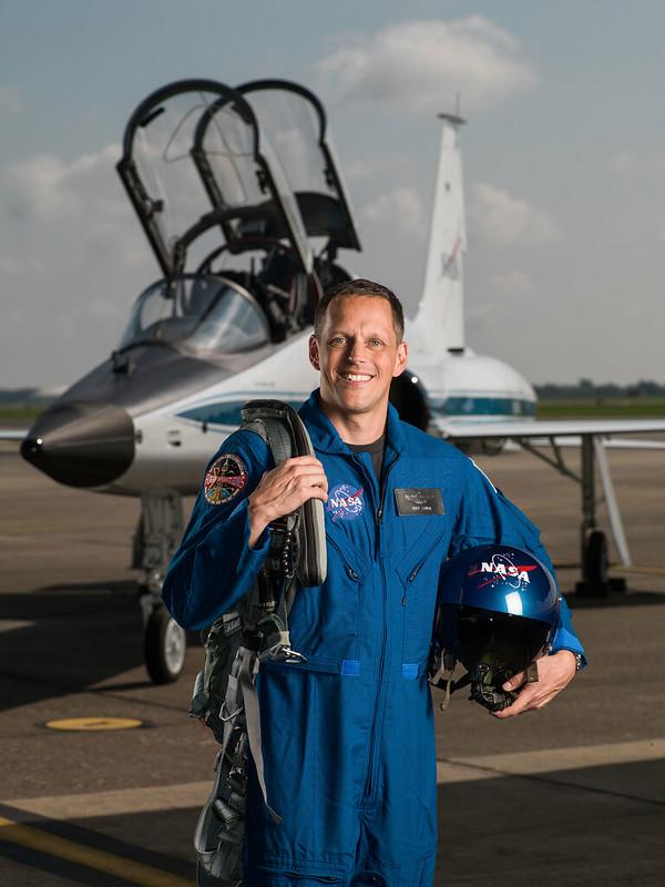 นาวาโทบ็อบ ไฮน์ส (Cr.NASA)