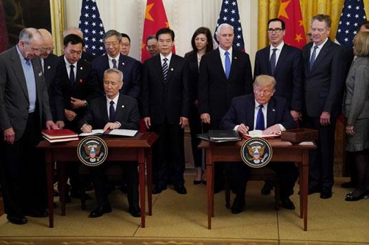 นายหลิว เหอ รองนายกรัฐมนตรีจีน และประธานาธิบดีโดนัลด์ ทรัมป์  ลงนามข้อตกลงการค้าระหว่างทั้งสองประเทศ