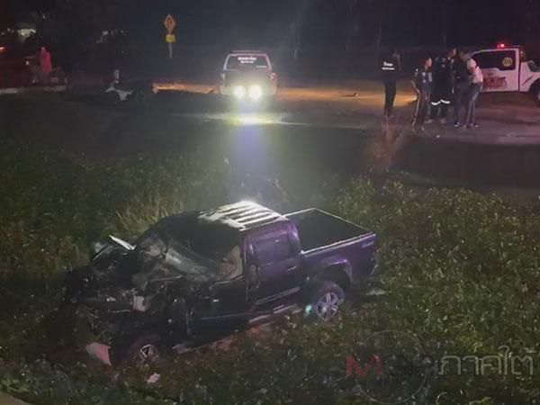 ครูพัทลุงขับรถเฉี่ยวท้ายรถพ่วง 18 ล้อเสียหลักชนป้ายข้างทางก่อนพุ่งลงคูเสียชีวิต