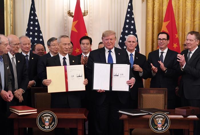 <i>ประธานาธิบดีโดนัลด์ ทรัมป์ ของสหรัฐฯ และ รองนายกรัฐมนตรี หลิว เหอ ของจีน อวดลายเซ็นที่ลงนามในข้อตกลงการค้า เฟส 1 เมื่อวันพุธที่ 15 ม.ค. </i>