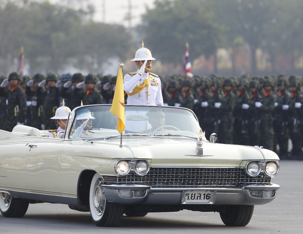 ในหลวง-พระราชินี-กรมหลวงพัชรฯ เสด็จพิธีสวนสนามถวายสัตย์ปฎิญาณทหาร 4 เหล่า เนื่องในพระราชพิธีบรมราชาภิเษก วันกองทัพไทย