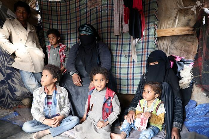 ทหารรบ.เยเมนตายอย่างน้อย 70  ถูกโจมตีด้วยจรวดและโดรนในบริเวณมัสยิด