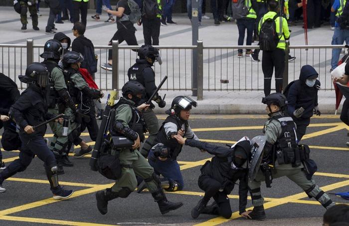<i>ตำรวจปราบจลาจลฮ่องกงปะทะผู้ประท้วง หลังการชุมนุมอย่างสันติแปรเปลี่ยนเป็นความรุนแรงเมื่อวันอาทิตย์ (19 ม.ค.) </i>