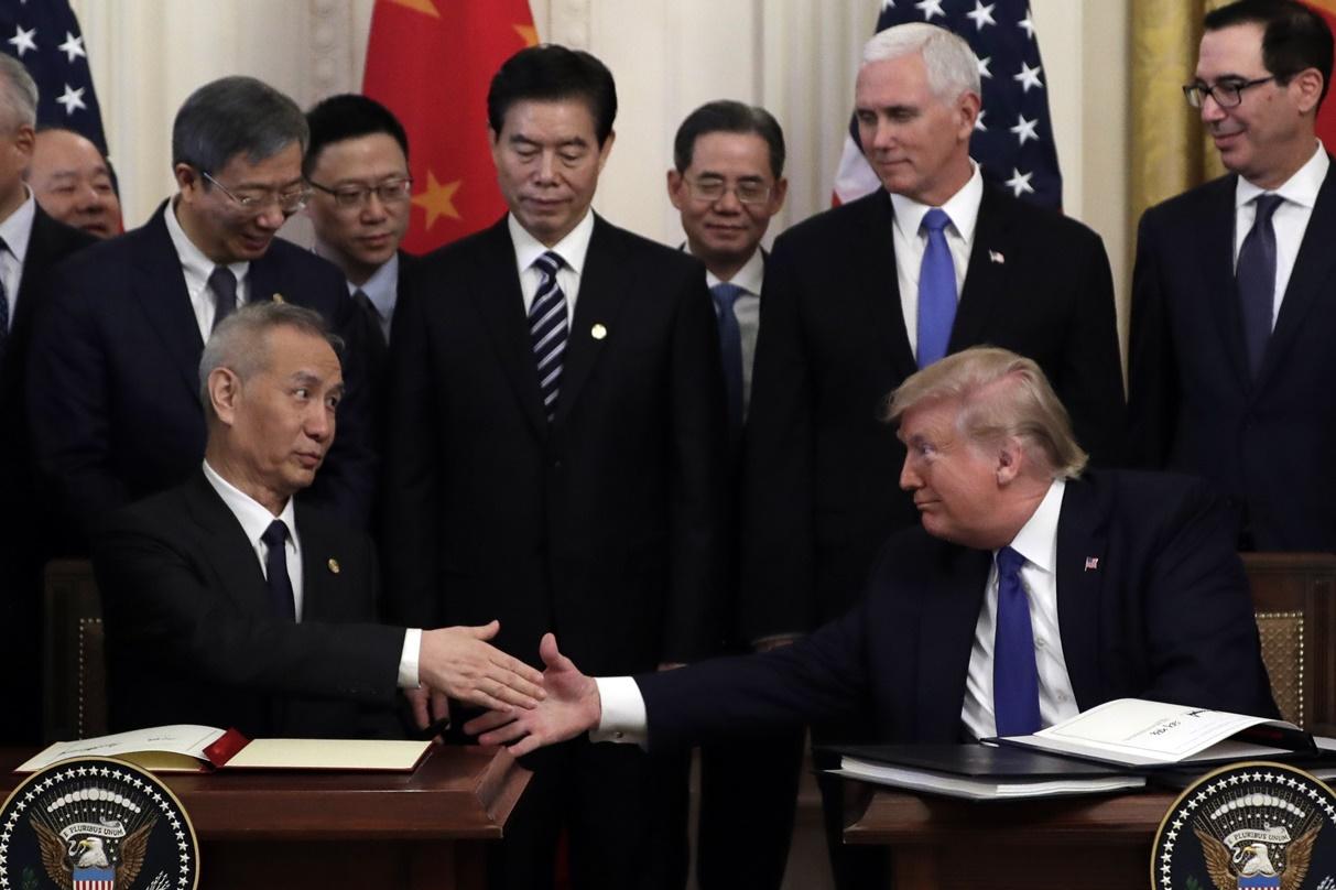 ประธานาธิบดีสหรัฐฯ โดนัลด์ ทรัมป์ จับมือแสดงความยินดีร่วมกับรองนายรัฐมนตรีจีน หลิว เหอ หลังจากได้ลงนามข้อตกลงทางการค้าที่ห้องตะวันออกในทำเนียบขาว ภาพประจำวันพุธ(15 ม.ค) เอพี