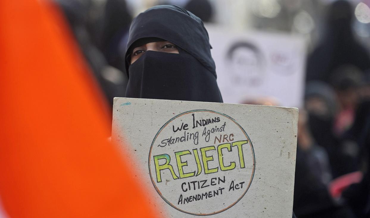 หญิงมุสลิมชาวอินเดีนคนหนึ่งเข้าร่วมการประท้วงกฎหมายสัญชาติฉบับแก้ไขอินเดียในเมืองมุมไบ รัฐมหาราษฏระ ซึ่งกฎหมายฉบับนี้ทำให้มีผู้คนออกมาประท้วงที่เมืองต่างๆนับตั้งแต่รัฐสภาแดนภารตะได้อนุมัติเมื่อวันที่ 11 ธ.ค ปีที่แล้ว ภาพประจำวันเสาร์(17 ม.ค) เอพี