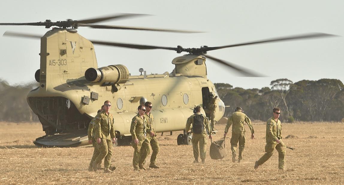 เฮลิคอปเตอร์ของกองกำลังปกป้องออสเตรเลียกำลังร่อนลงจอดบนเกาะจิงโจ้ ซึ่งเป็นส่วนหนึ่งของภารกิจในการส่งกำลังทหารออสเตรเลีย 3,000 นายเข้าช่วยเหลือในพื้นที่ซึ่งได้รับผลกระทบจากไฟป่าหลังจากเกิดไฟป่าทำลายพื้นที่บริเวณชายฝั่งทางใต้ของออสเตรเลีย ซึ่งจำนวนตัวเลขผู้เสียชีวิตจากไฟป่าในวันอาทิตย์(19 ม.ค)อยู่ที่ไม่ต่ำกว่า 29 คน และมีสัตว์ป่าหลายล้านตัวเสียชีวิต ภาพประจำวันศุกร์(16 ม.ค) เอเอฟพี