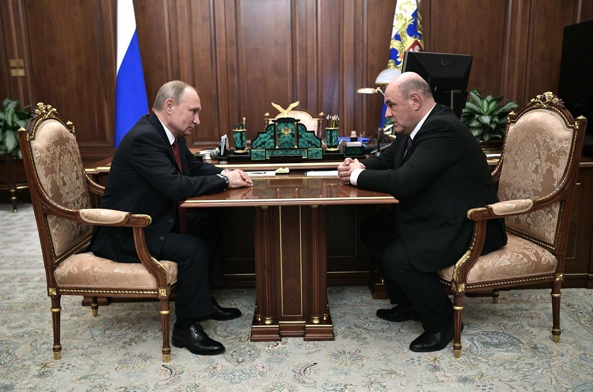 ประธานาธิบดีรัสเซีย วลาดิมีร์ ปูติน กำลังตั้งใจฟัง มิคาอิล มิชูสติน (Mikhail Mishustin)  ผู้อำนวยการสำนักงานบริการภาษีรัสเซียในระหว่างการหารือที่พระราชวังเครมลินในกรุงมอสโก และหลังจากนั้นมิชูสตินได้รับการแต่งตั้งให้เป็นนายกรัฐมนตรีคนใหม่ของแดนหมีขาว ภาพประจำวันพุธ(15 ม.ค) เอพี