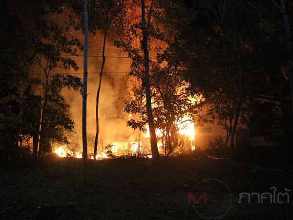 ระทึก! ไฟไหม้บ้านกำนันโอบ้านไม้เก่าแก่อายุ 200 ปีวอดหมดทั้งหลัง