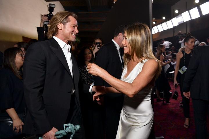 """แฟน ๆ แทบกรี๊ด!!! """"แบรด พิตต์ - เจนนิเฟอร์ อนิสตัน"""" ทักทายกันสนิทสนมในงาน SAG Award"""