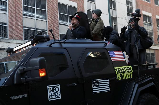 ยานหุ้มเกราะของ อินโฟวอร์ส ของนักจัดรายงการชื่อดัง อเล็กซ์ โจนส์ รณรงค์สิทธิครอบครองการมีอาวุธในสหรัฐฯ
