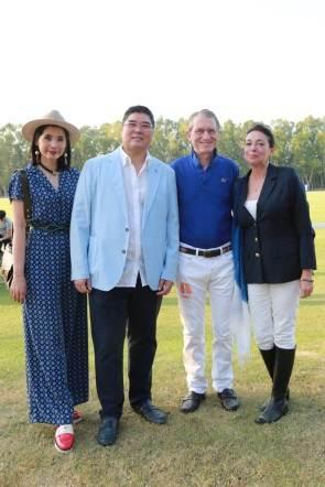 เกษมสิทธิ์ ปฐมศักดิ์ กรรมการรองเลขาธิการ สภาหอการค้าแห่งประเทศ และภรรยา (ซ้าย) กับดร. ฮาราลด์ ลิงค์ และ ฯพณฯ มารีอา อาลีเซีย กุซโซนี เด โซนเชน
