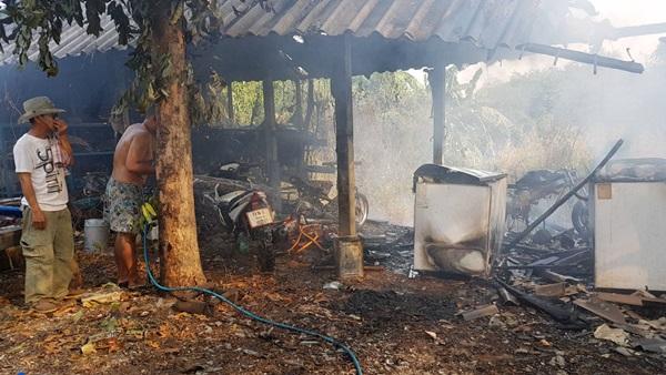 ตู้แช่บ้านตำรวจ สภ.เมืองชัยนาท เกิดระเบิด ทำไฟไหม้โรงรถ จยย 3 คันวอด