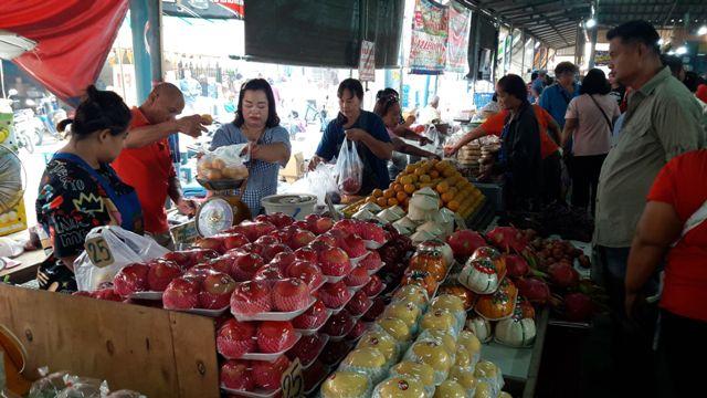 เชือดกันมือเป็นระวิง!คนนครสวรรค์แห่สั่งซื้อไก่ตรุษจีนเพิ่มหลายเท่า ชาวอุทัยฯแห่ซื้อของไหว้แน่นตลาด