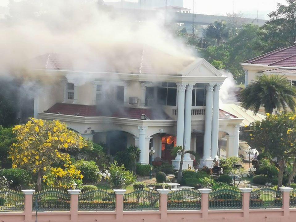 เพลิงลุกวอดบ้านหรู ละแวกสะพานมหาเจษฎาบดินทร์ นนทบุรี จนท.เร่งดับไฟ