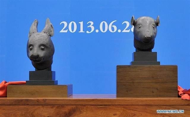 รูปปั้นหัวสัตว์สัมฤทธิ์นักษัตรหนู (ขวา) ส่วนหนึ่งของนาฬิกาพ่นน้ำ 12 นักษัตรแห่งวังหยวนหมิงหยวนในกรุงปักกิ่ง
